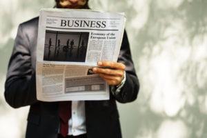 新聞を読むビジネスマン