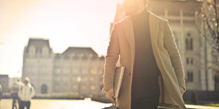 颯爽と歩く男性
