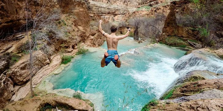 湖に飛び込む