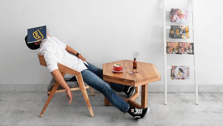 読書をすると眠くなった男性