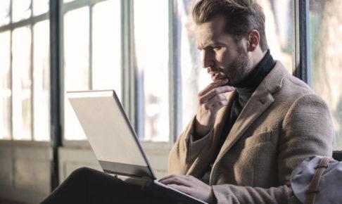 パソコン作業をする男性