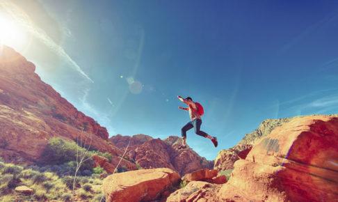 ジャンプする男性