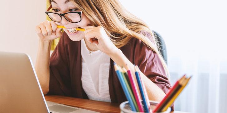 鉛筆をかむ女性