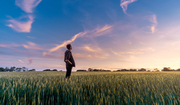空を見上げる青年