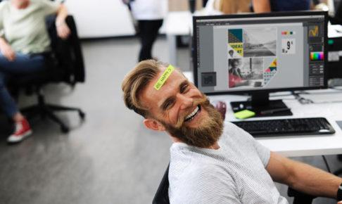 オフィスで働く男性